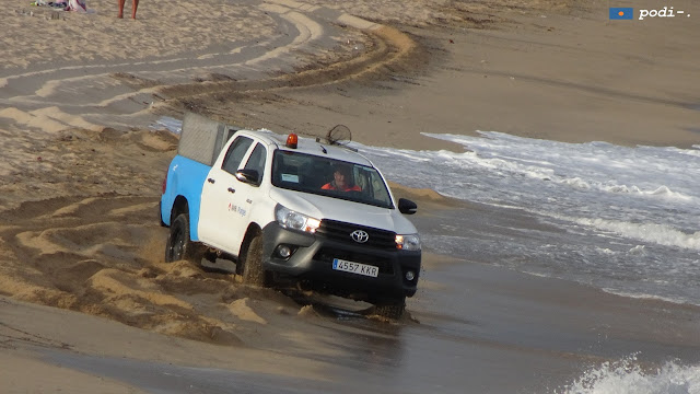 macchina impantanata nella spiaggia