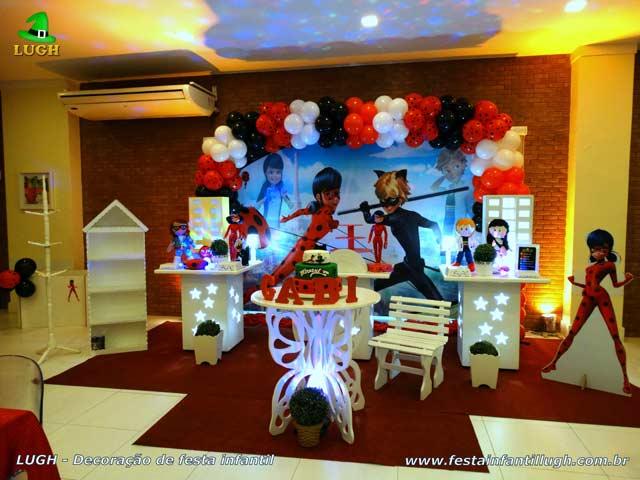 Decoração de aniversário em mesa temática provençal Miraculous Ladybug para festa infantil feminina