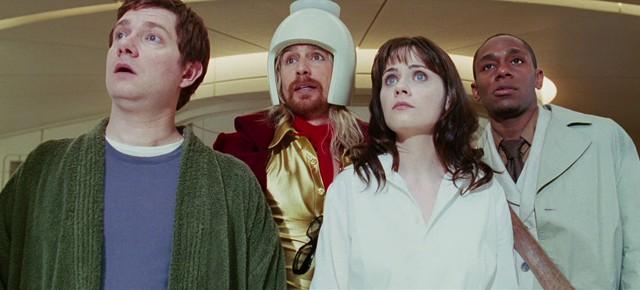 Arthur Dent (Martin Freeman), Zaphod Beeblebrox (Sam Rockwell), Trillian (Zooey Deschanel) et Ford Prefect (Mos Def) dans H2G2 : Le Guide du Voyageur Galactique, réalisé par Garth Jennings (2005)
