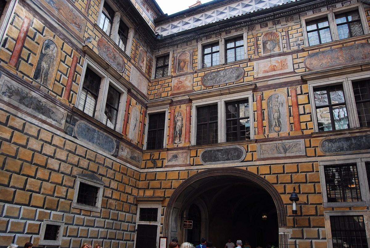 une des cours du château ornées de sgraffite Cesky Krumlov