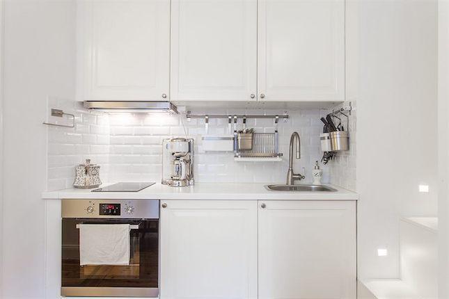cocina blanca de un piso pequeño