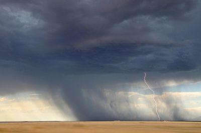 Lluvia cayendo de las nubes, con tormenta eléctrica.