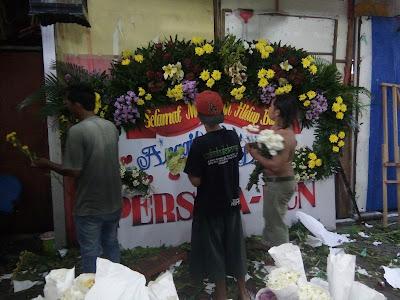 p[roses bunga papan pernikahan