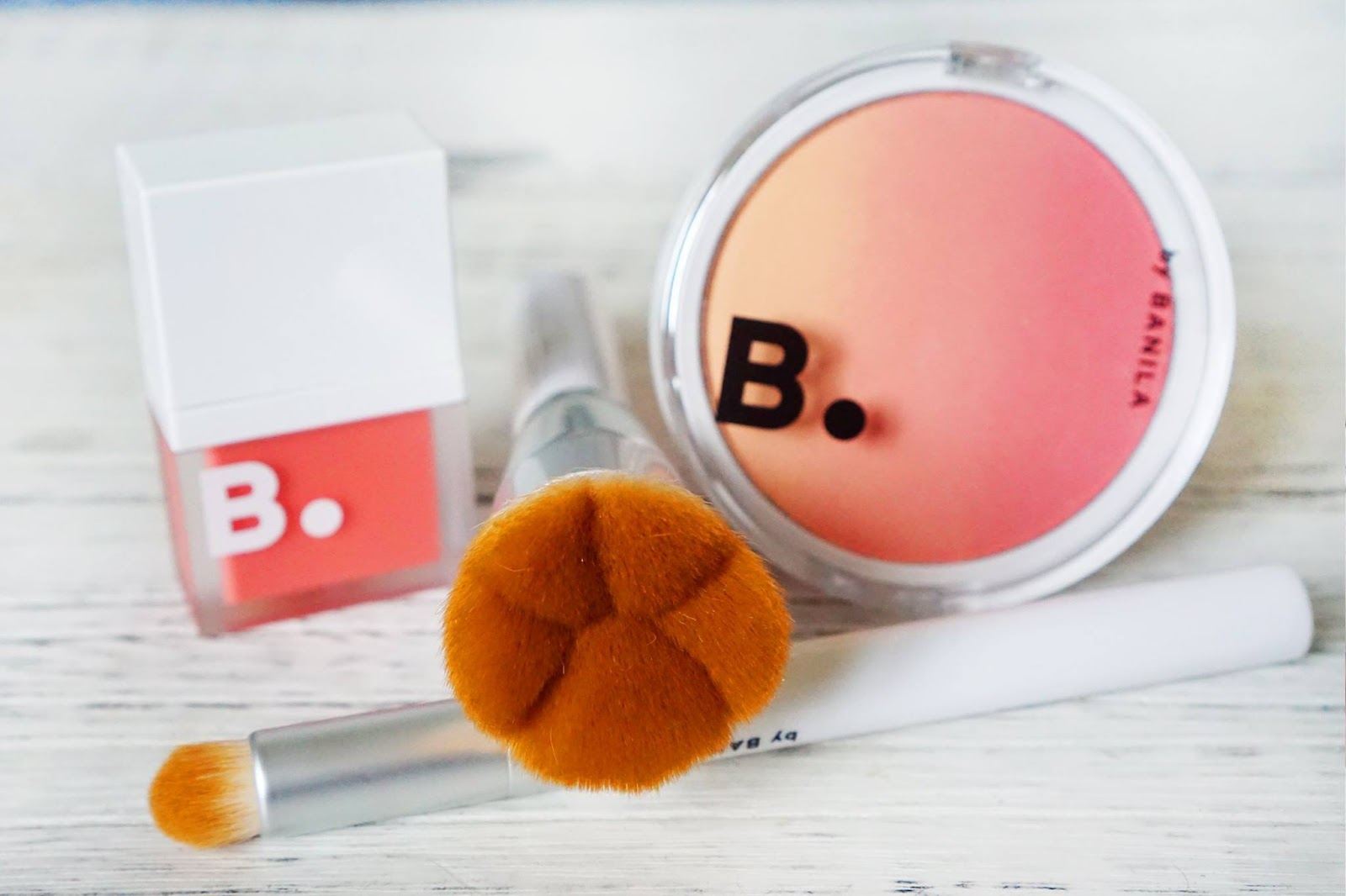 e6bb43f02f88 而我係雜誌曾經介紹 (https   goo.gl TLf9tT) 的 B. by Banila 歌基肉球胭脂蜜粉掃及小尾巴眼影掃都係莎莎搵到。