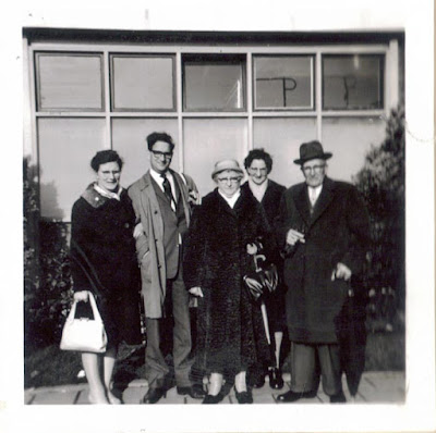Afscheid op Schiphol, mijn vader tweede van links