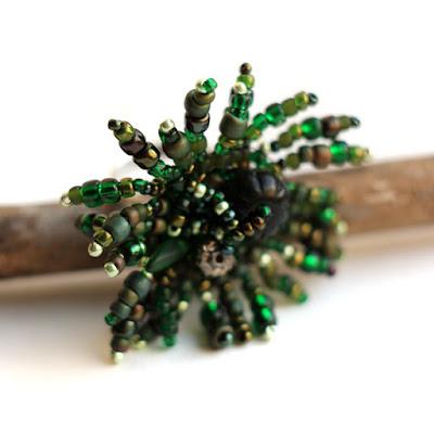 Крупное темно-зеленое кольцо из бисера. Уникальный авторский дизайн