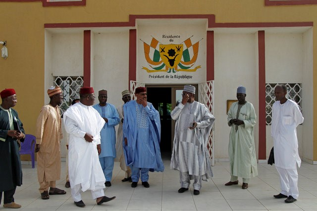 Image Attribute:  Niger's Interior Minister Mohamed Bazoum (4th from R) stands with members of his delegation at the official presidential residence in Diffa, in southeastern Niger, June 18, 2016.  REUTERS/Luc Gnago