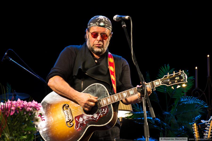 Борис Борисович Гребенщиков с гитарой