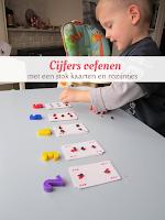 Cijfers oefenen - met een stok kaarten en rozijntjes