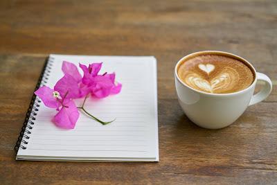 Ilustración con una Libreta, flores y café con corazón. Para una poesía de David López-Cepero