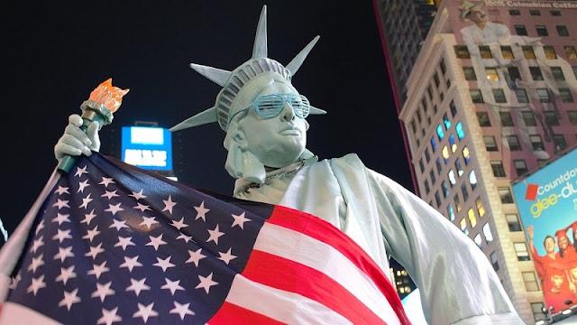 Patung liberty membawa bendera amerika serikat
