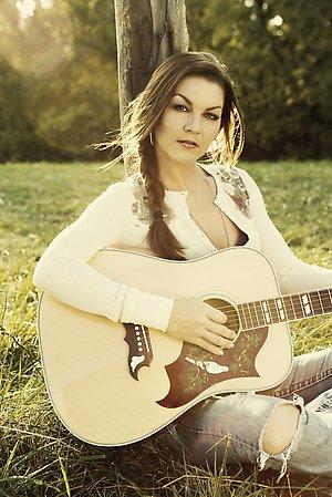Foto de Gretchen Wilson tocando su guitarra