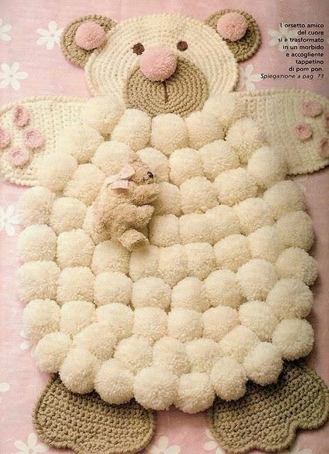 lo spazio di lilla: un orsetto per tappeto, con pon pon e uncinetto