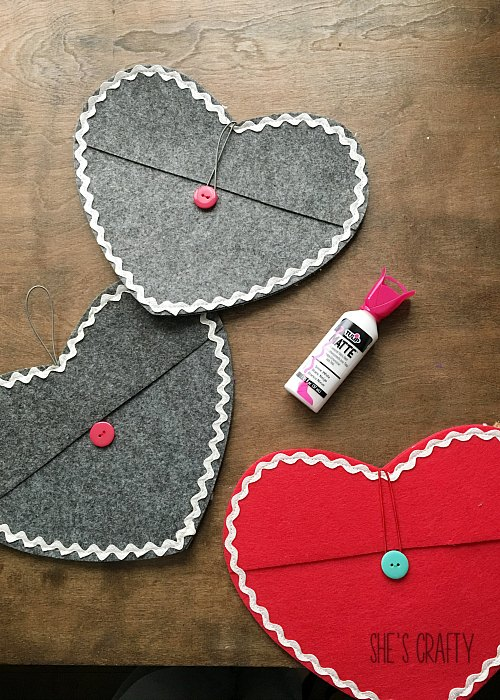 How to make personalized felt pocket hearts for kids chairs for Valentine's Day