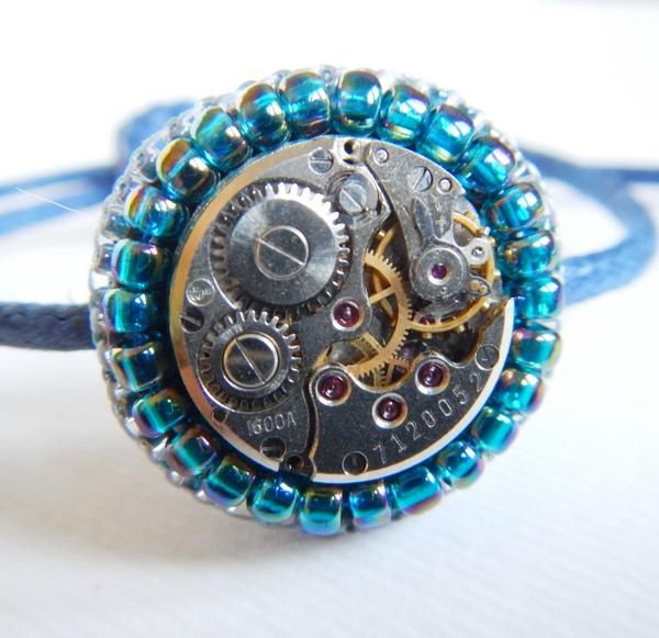 bransoletka wykonana haftem koralikowym