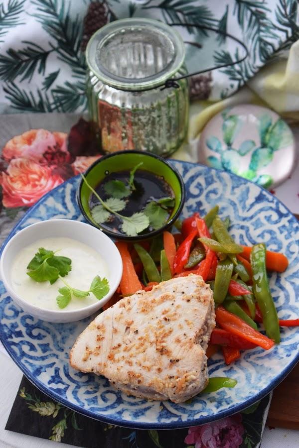 Chili- och limemarinerad tonfisk med frästa grönsaker och wasabikräm