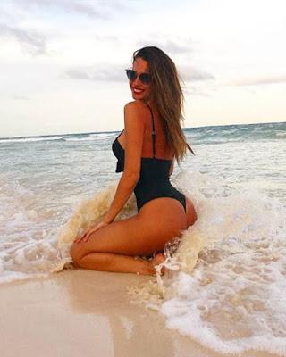 pose sentada en la playa con olas