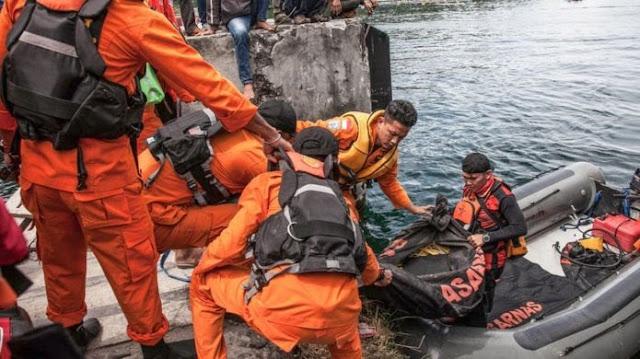 Tim basarnas mengevakuasi korban kapal tenggelam di Danau Toba.