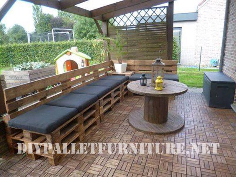 terraza amueblada con palets y una bobina de cable. Black Bedroom Furniture Sets. Home Design Ideas