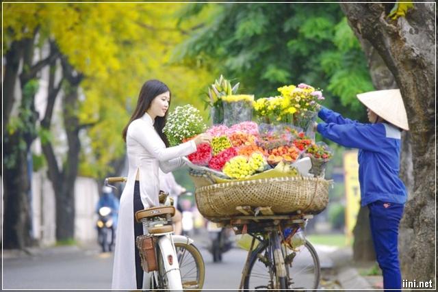cô gái áo dài mang nét Thu Hà Nội