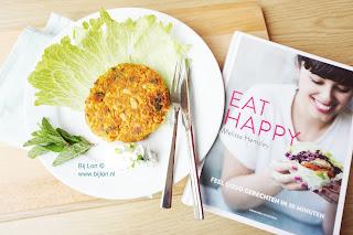 """Mexicaanse Bonenburgers uit Eat Happy Dat """"feel good food"""" niet ongezond hoeft te zijn, laat Melissa Hemsley zien in haar boek vol eenvoudige recepten. Ze belooft dat het bomvol smaak zit en dat je het gerecht binnen 30 minuten op tafel zet. Ik probeerde een recept uit, dat ik ook met je mag delen. Lees snel wat ik van dit boek vind en maak, net als ik, het recept!"""