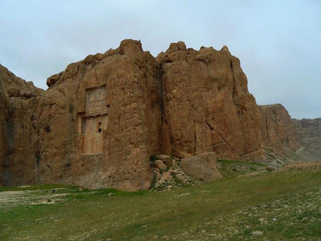 Visitar NASQSH-e ROSTAM - Reflexões de uma viajante ao longo dos testemunhos do império Aqueménida | Irão