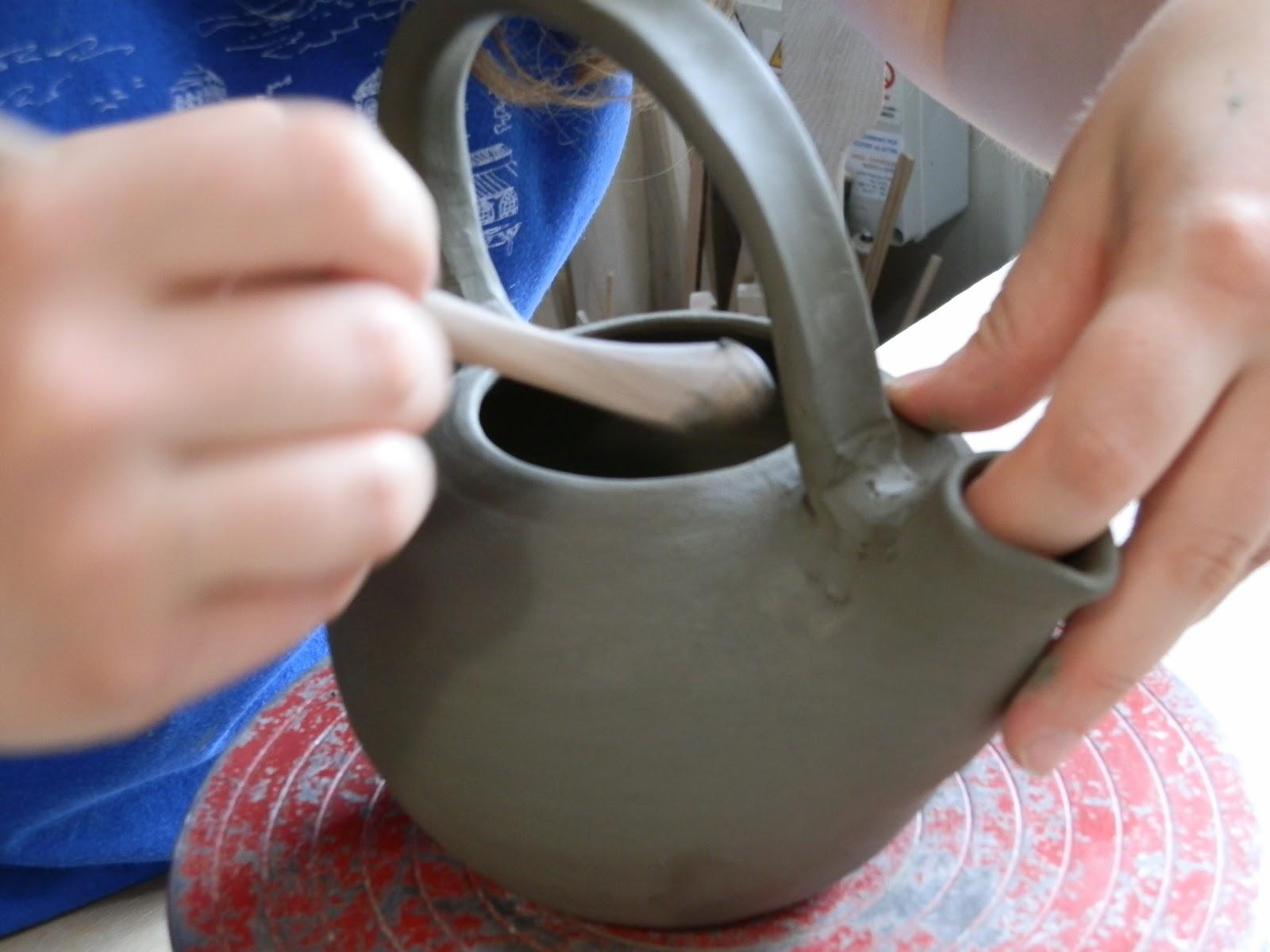 rifinitura a mano di teiera modellata al tornio