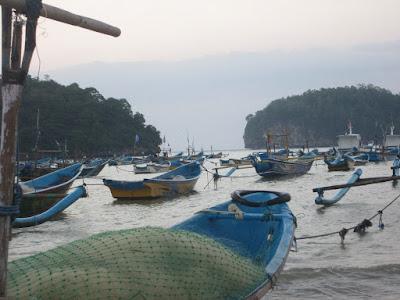 Perahu di Teluk Segoro Anakan