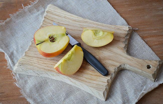 Mela con buccia e semi tagliata a metà