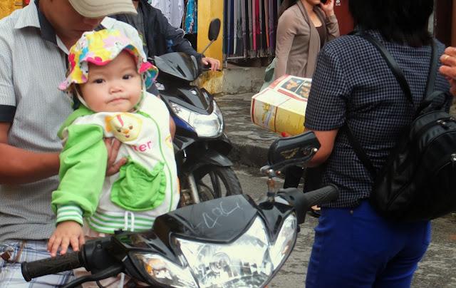 baby-in-city 小さな子供と街の風景