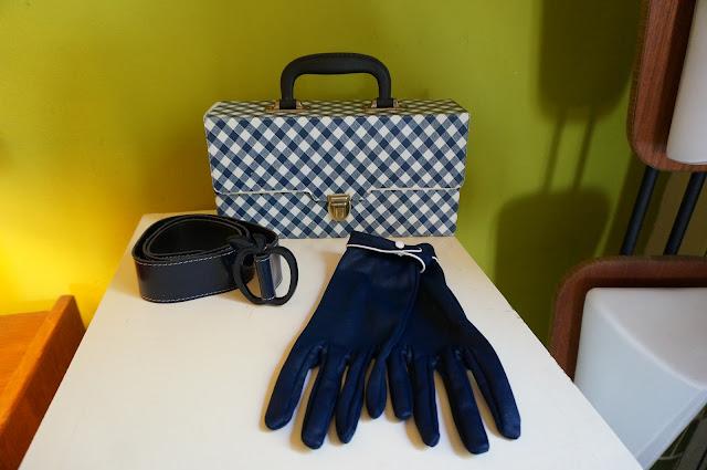 une malette à k7 , des gants des années 60 et une ceinture en vinyl avec une boucle pomme  70s gingham tape case , 60s navy blue white piping gloves , 1970s blue belt apple shape buckle