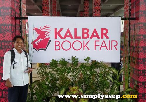 HADIR :  Sebenarnya malas juga saya pasang foto diri pribadi di sini.  Tapi takut dikira hoax, ya terpaksa deh.  Penulis digerbang Kalbar Book Fair 2016 di rumah Radank.  Terbuka untuk umum. Foto Asep Haryono