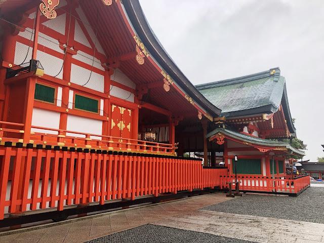 Fushimi Inari Taisha le sanctuaire aux torii rouges