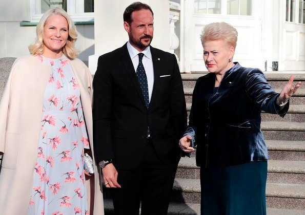 Crown Princess Mette Marit wore by Ti Mo flared midi dress and Gianvito Rossi pumps, carried Tágs Evolution clutch. Lithuanian President Dalia Grybauskaite