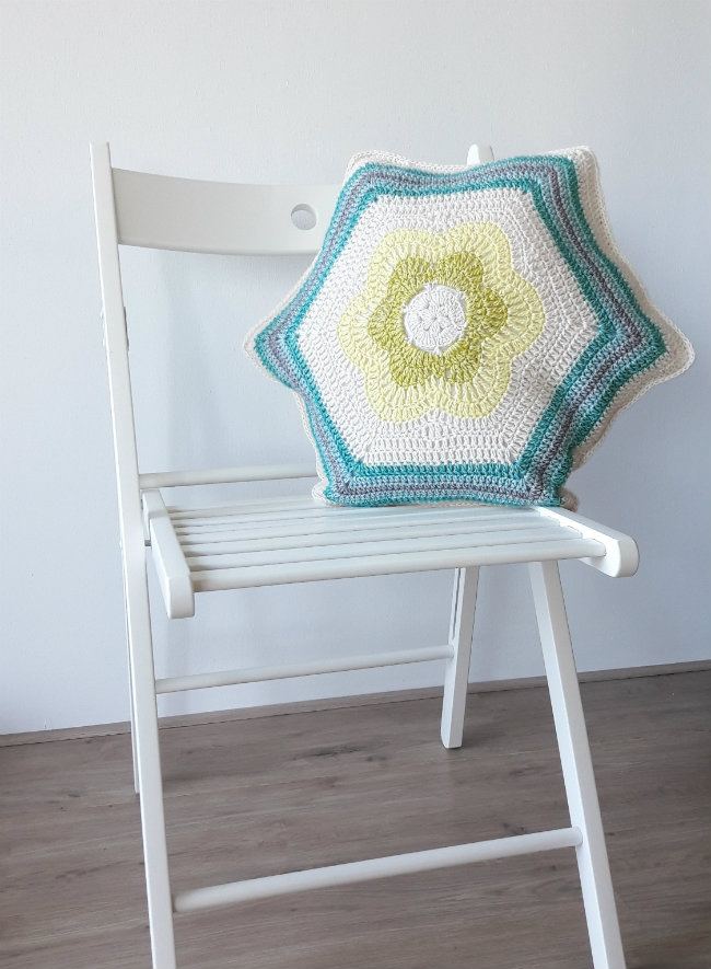 Bursting Bloom Pillow, free crochet pattern | Happy in Red