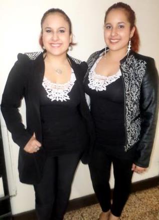 Foto de las gemelas Andrea e Irene Ramos con cabello recogido