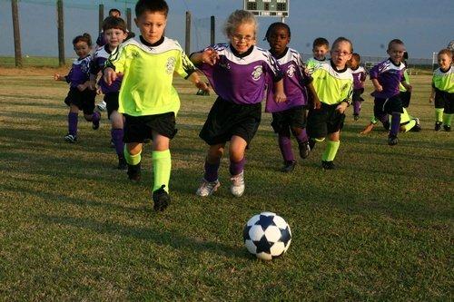 Anak-Anak Bermain Sepakbola dengan Semangat