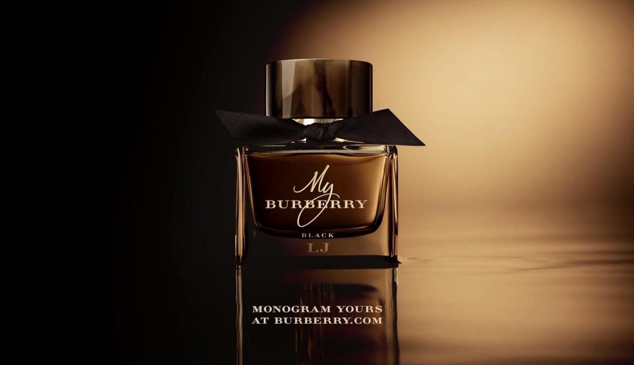Le modelle della pubblicità Lily James per il profumo My