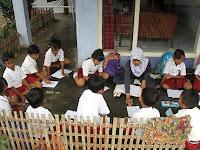 Miris! Ada di Perkotaan, Proses Belajar Mengajar SD Ini Masih Lesehan