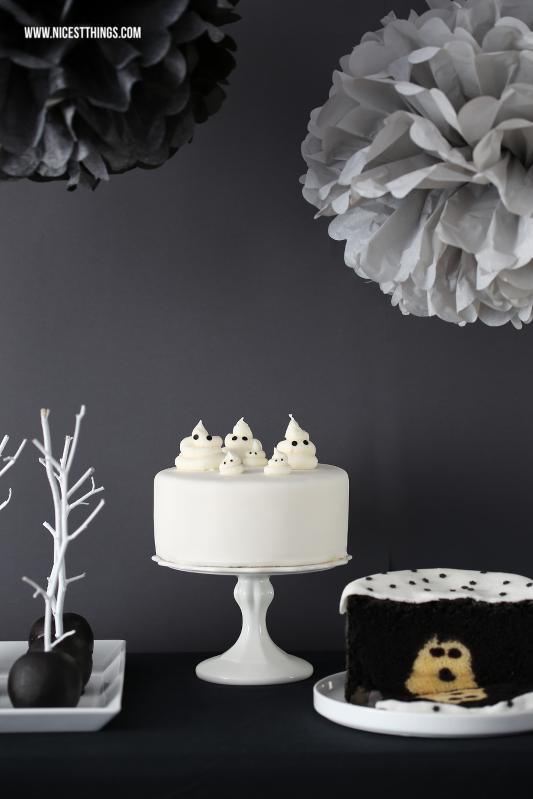 Halloween Sweet Table Schwarz Weiss mit Geister Torte und Gespenster Kuchen #halloween #sweettable