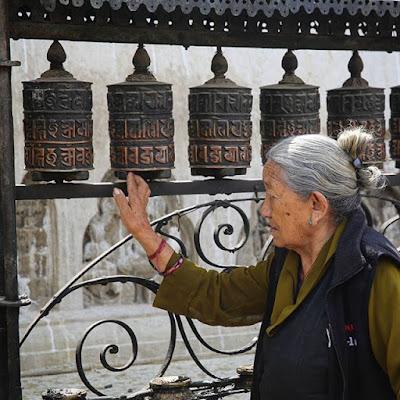 Moviendo rodillos de oración en Swayambhunath