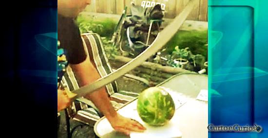 É nisso que dá cortar uma melancia com uma espada pirata