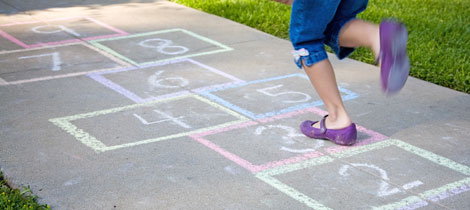 se trata de un juego que ayuda a los nios a aprender y escribir los nmeros y despierta sus habilidades como contar razonar y mejora su equilibrio