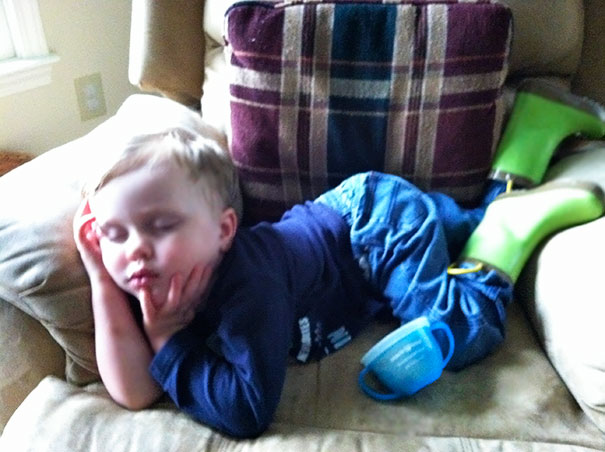 15+ Hilarious Pics That Prove Kids Can Sleep Anywhere - Napping While Posing