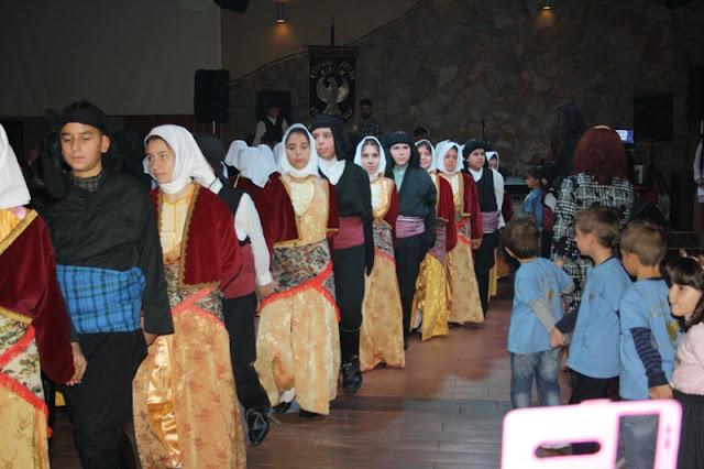 Πάνω από 100 χορευτές επί σκηνής στο χορό της Ευξείνου Λέσχης Βέροιας (Φωτο - Video)