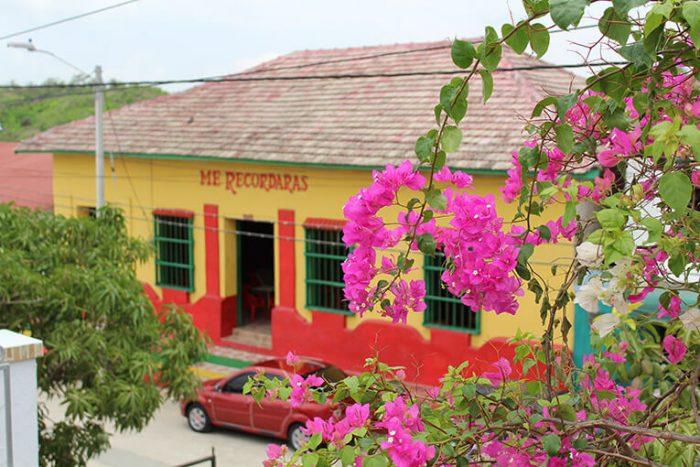 be2c04ae6045 En sus callecitas nos encontramos con casas multicolores donde se venden  las artesanías en palma de iraca con productos como bolsos