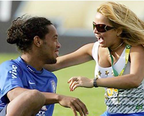 Ronaldinho Football Star With Girlfriend Images 2011