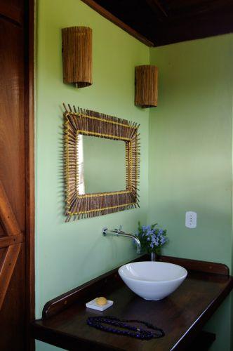 decoracao lavabo rustico : decoracao lavabo rustico:Espelho e arandelas bem rústicas, bancada de madeira envernizada com