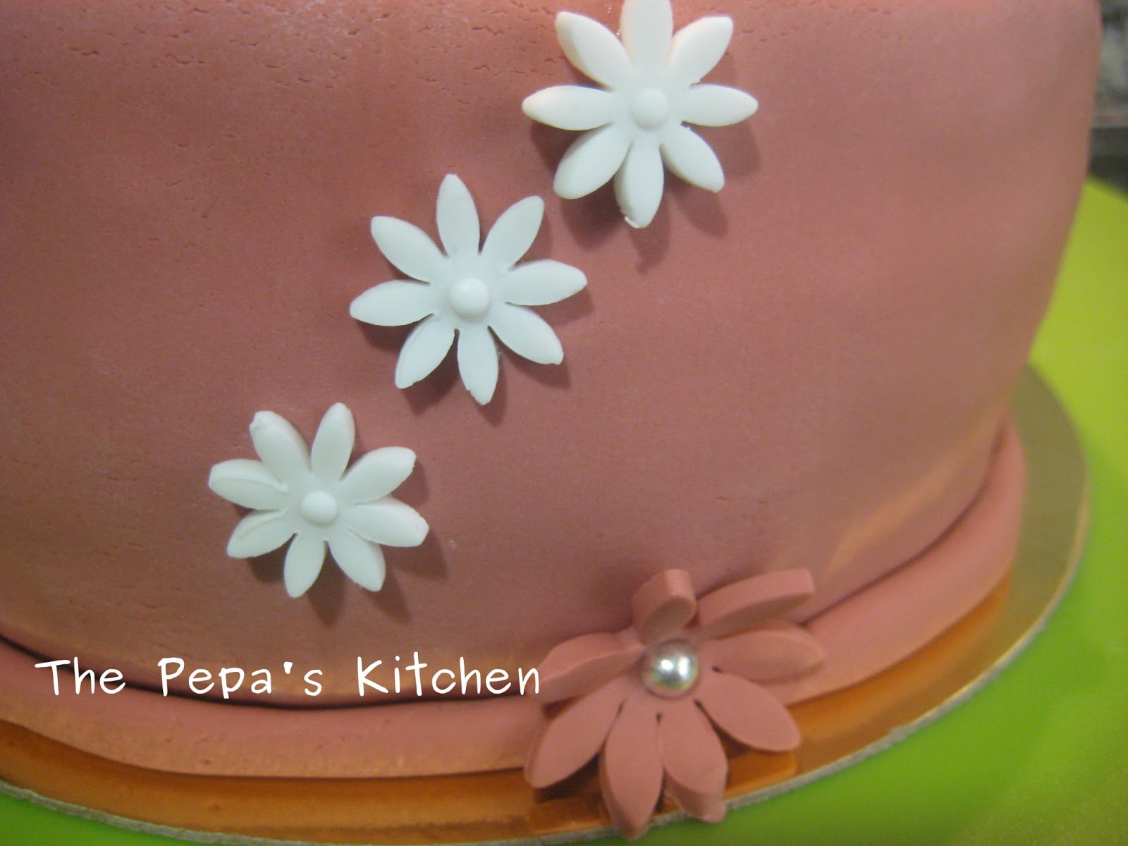 The Pepa´s Kitchen: Tarta De Cumpleaños Con Fondant Y Flores