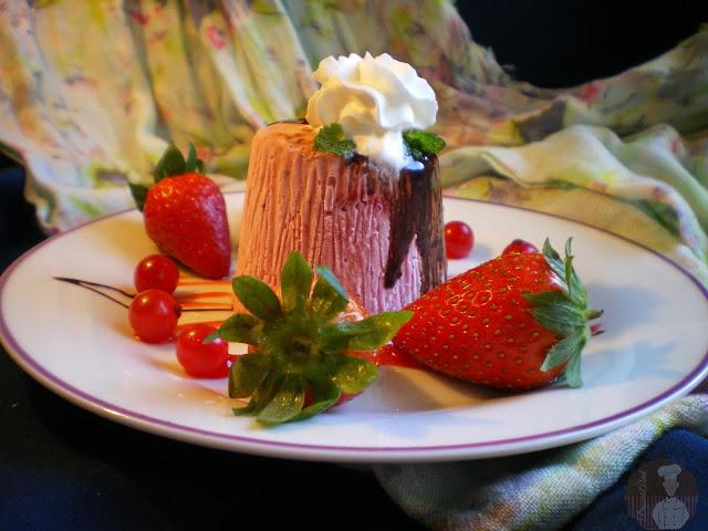 Postre helado de fresas con nata